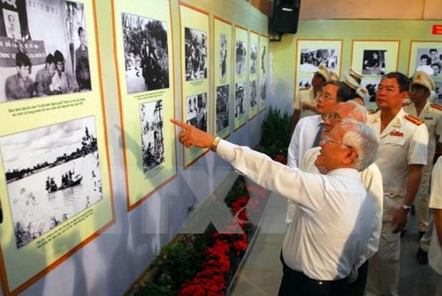 Exposicion revive dias historicos de Revolucion de Agosto hinh anh 1
