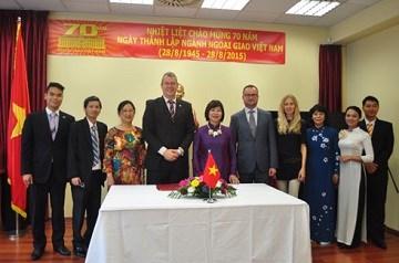 Embajada vietnamita y FTP Eslovaquia firman memorando de cooperacion hinh anh 1