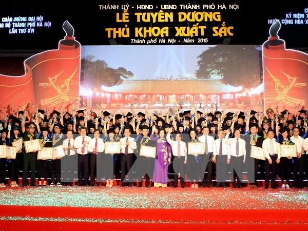 Hanoi honra a sobresalientes graduados locales hinh anh 1