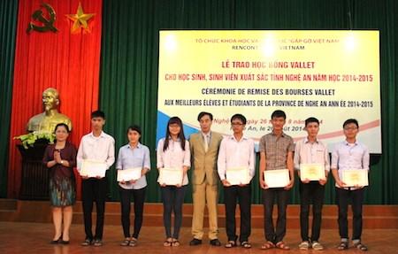 Beneficiados estudiantes en Nghe An de becas Vallet hinh anh 1