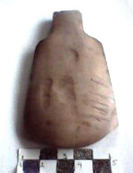 Descubren milenaria hacha de piedra en provincia vietnamita hinh anh 1