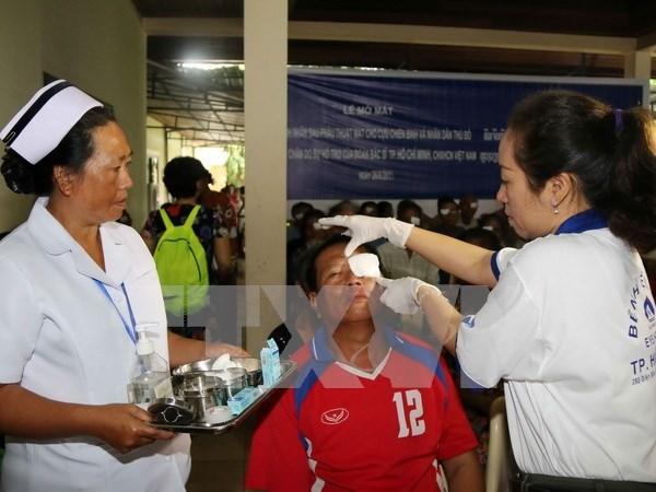 Galenos vietnamitas brindan luz a pacientes laosianos hinh anh 1