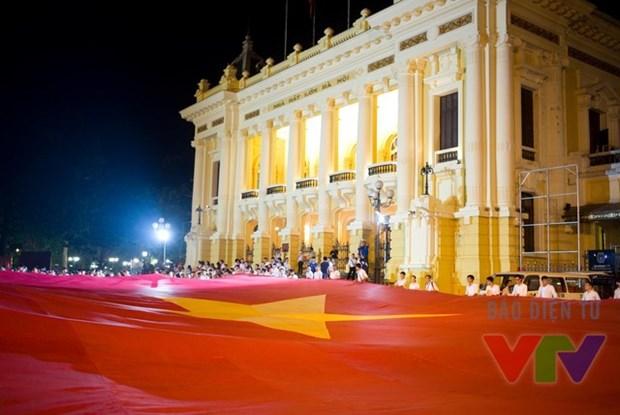 Miles de jovenes rinden tributo a ensena de la Patria hinh anh 2
