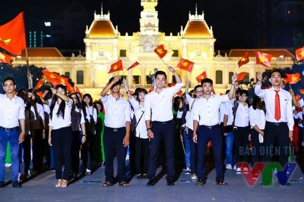 Miles de jovenes rinden tributo a ensena de la Patria hinh anh 4