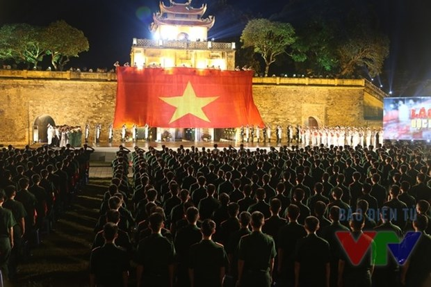 Miles de jovenes rinden tributo a ensena de la Patria hinh anh 5
