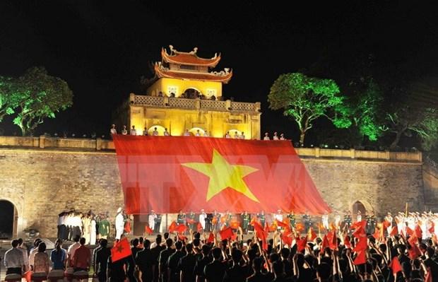 Miles de jovenes rinden tributo a ensena de la Patria hinh anh 1