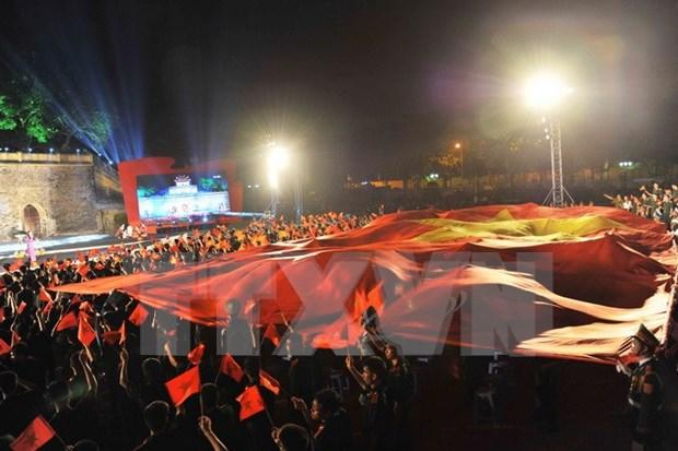 Miles de jovenes rinden tributo a ensena de la Patria hinh anh 3