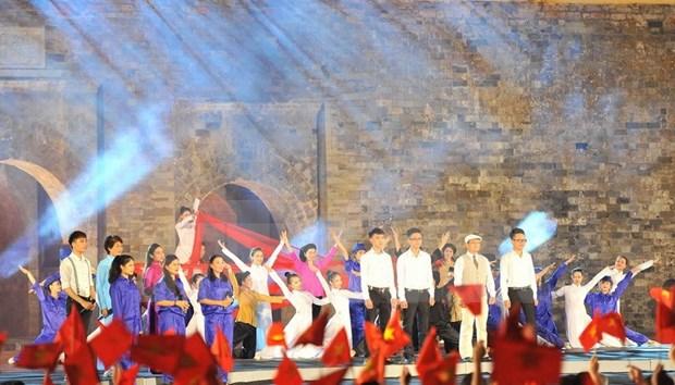 Miles de jovenes rinden tributo a ensena de la Patria hinh anh 6