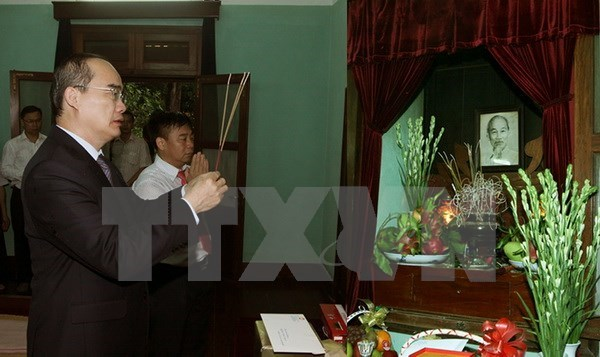 Dirigentes vietnamitas rinden tributo al Presidente Ho Chi Minh hinh anh 1