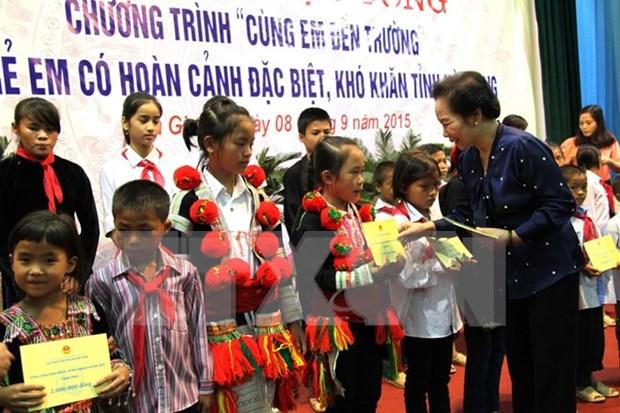 Vicepresidenta otorga becas a alumnos pobres en Hau Giang hinh anh 1