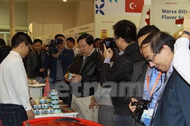 Productos vietnamitas captan atencion en exposicion alimentaria Moscu hinh anh 1