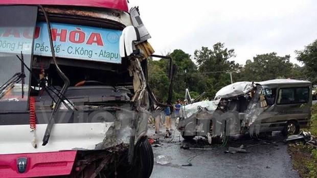Accidente vial cobra vida de un vietnamita y lesiona otros siete hinh anh 1