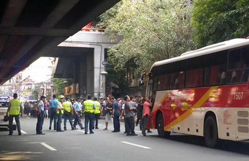 Un hombre armado ataca autobus en Filipinas hinh anh 1