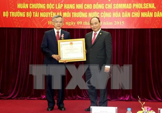 Ministro laosiano condecorado con Orden de Independencia de Vietnam hinh anh 1