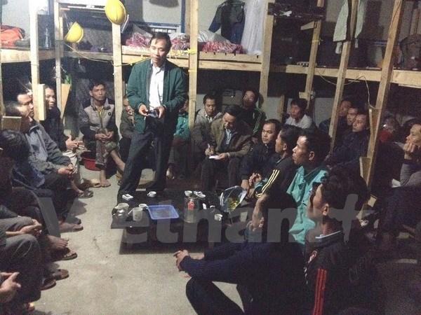Diplomaticos vietnamitas visitan a trabajadores connacionales en Argel hinh anh 1