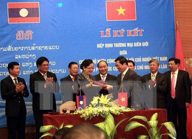 Gobierno vietnamita ratifica acuerdo comercial con Laos hinh anh 1