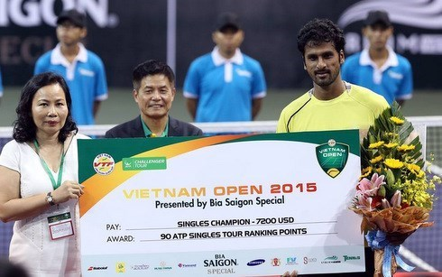 Conquista raquetista indio torneo abierto de tenis vietnamita hinh anh 1