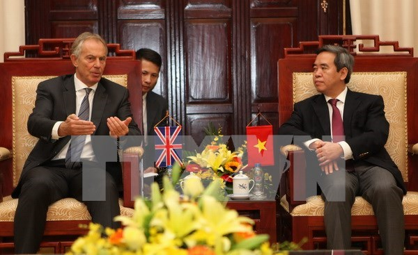 Gobernador del Banco recibe a expremier britanico hinh anh 1