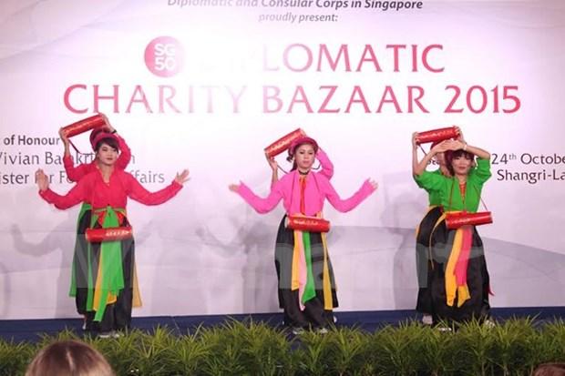 Vietnam en feria caritativa de misiones diplomaticas en Singapur hinh anh 1