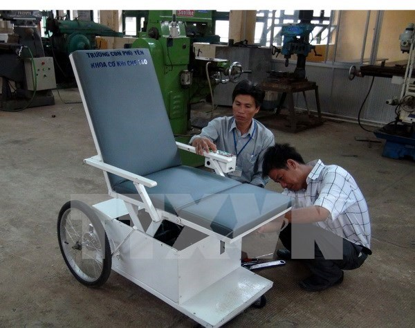 Exprimer japones dona sillas de ruedas a ninos de agente naranja hinh anh 1
