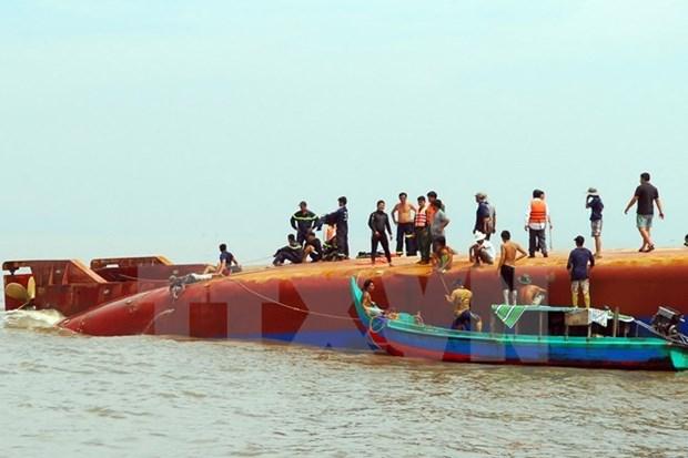 Fuerzas de rescate intentan sacar del agua barco naufragado hinh anh 1