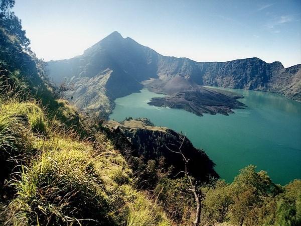 Indonesia cierra aeropuerto en Bali debido a erupcion volcanica hinh anh 1