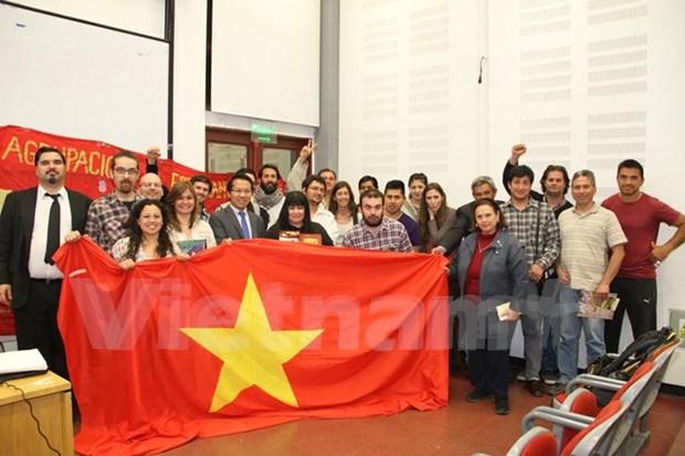 Estudiantes argentinos interesados en la historia vietnamita hinh anh 1