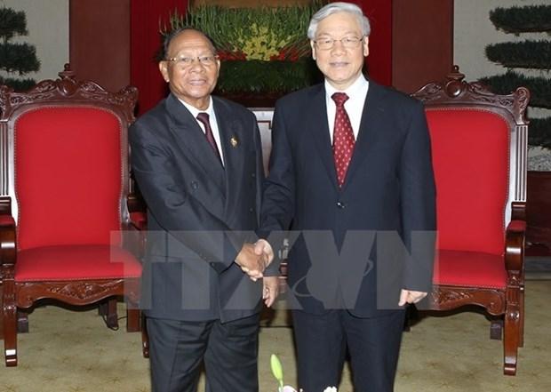 Lideres vietnamitas felicitan a Cambodia por Dia Nacional hinh anh 1