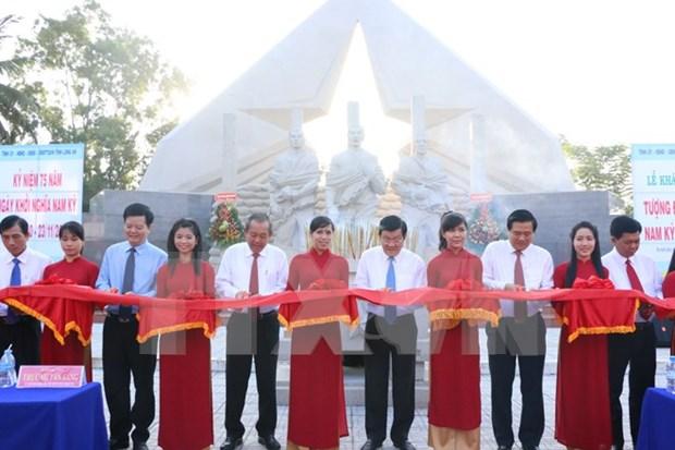Presidente vietnamita asiste al homenaje a martires en Long An hinh anh 1