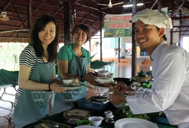Visitantes extranjeros aprenden a ser agricultores vietnamitas hinh anh 7
