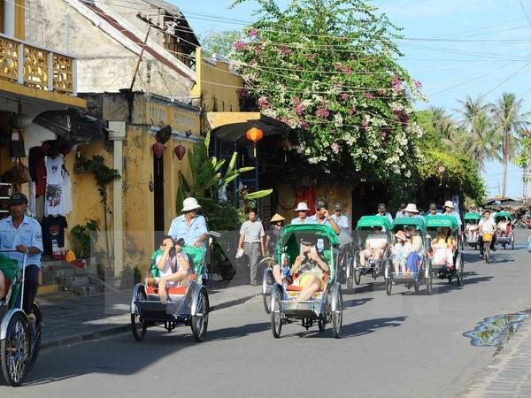 Turistas extranjeros aprenden ser agricultores en Hoi An hinh anh 1