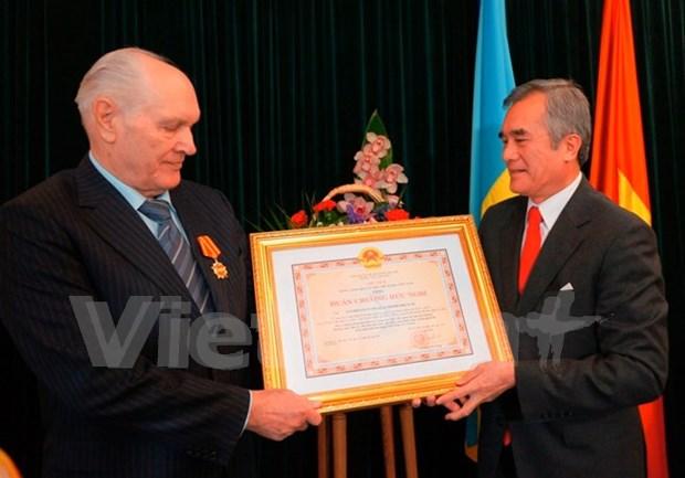 Vietnam concede Orden de Amistad a ciudadano ucranio hinh anh 1