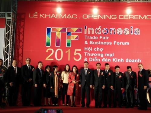 Empresas indonesias presentan productos en feria comercial en Vietnam hinh anh 1