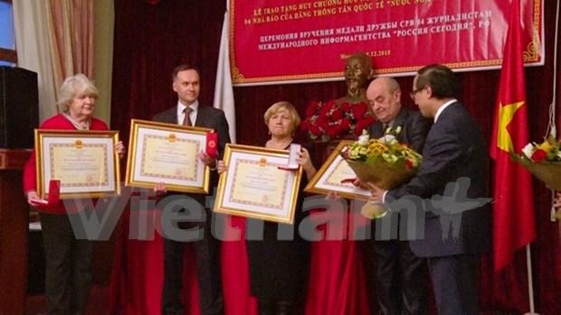 Periodistas rusos galardonados con medallas de amistad de Vietnam hinh anh 1