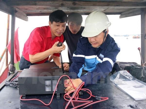 Entregan equipos de radiocomunicaciones para pescadores vietnamitas hinh anh 1