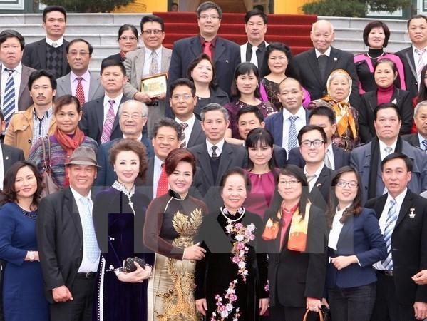 """Programa """"Primavera en tierra natal"""" traen de vuelta vietnamitas residentes en el ex hinh anh 1"""