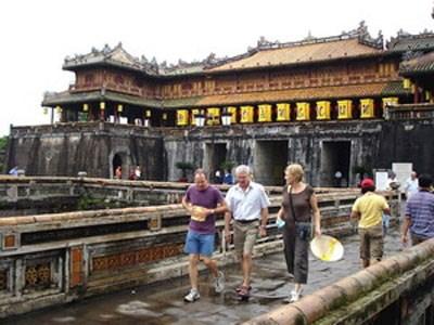 Ciudad imperial de Vietnam recibe a alud de turistas extranjeros hinh anh 1