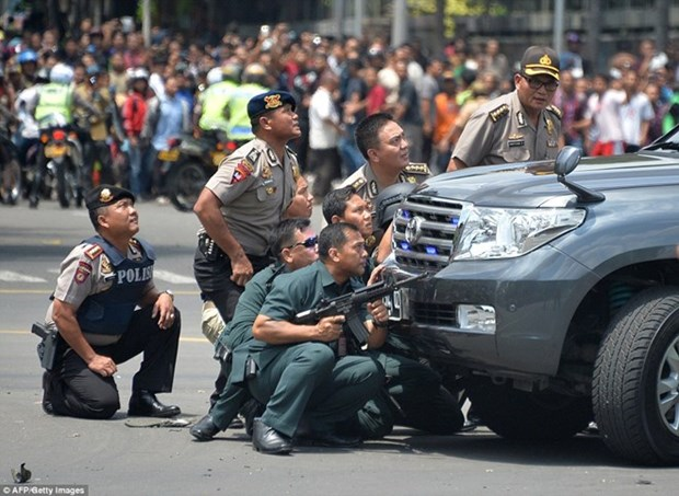 Cadenas de explosiones cobran vidas de siete personas en Yakarta hinh anh 1