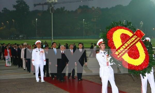 Delegados al Congreso partidista rinden tributo al Presidente Ho Chi Minh hinh anh 1