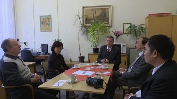 Parlamentario y periodistas checos confian en exito de renovacion vietnamita hinh anh 1