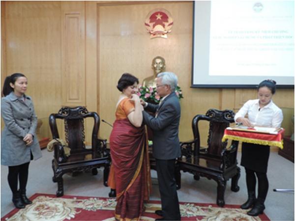 Conceden medalla conmemorativa vietnamita a embajadora india hinh anh 1