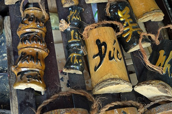 Grabado sobre bambu en villa de Hoi An hinh anh 1