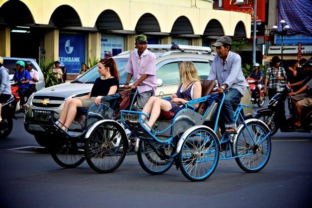 Visitantes exploran Hanoi en triciclos hinh anh 1