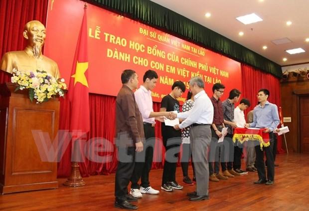 Entregan becas a hijos de residentes vietnamitas en Laos hinh anh 1