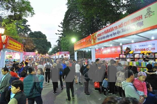 Calle de libros de primavera en Hanoi, rasgo cultural capitalino hinh anh 1