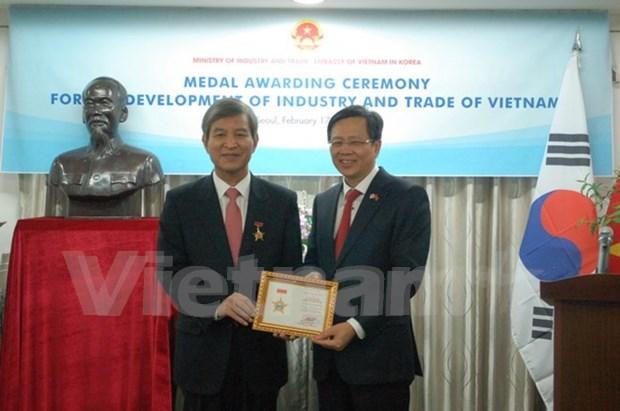 Entregan medalla conmemorativa al exsecretario general del Centro ASEAN-Sudcorea hinh anh 1