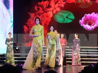 Presentaran nuevos disenos de Ao Dai en Ha Noi hinh anh 1