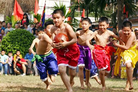 Tradiciones de Vietnam, el singular Festival Vat Cau hinh anh 1
