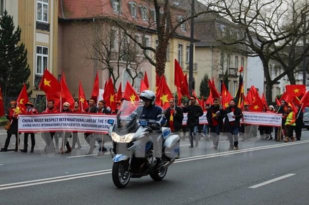 Vietnamitas en Alemania refutan acciones ilegales de China en Mar del Este hinh anh 1