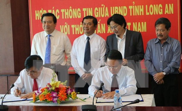 Firman acuerdo de cooperacion informativa entre VNA y Long An hinh anh 1
